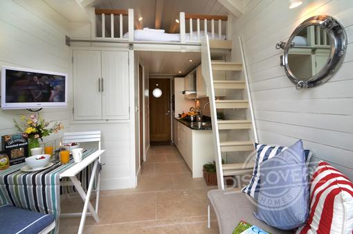 shaldon beach hut living area